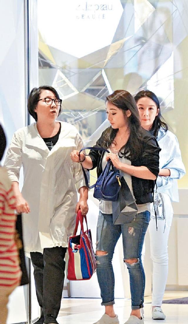新浪娱乐讯 日前,有香港媒体拍到影帝梁家辉妻子江嘉年陪着两位女儿外出购物的画面,十分好耐性的梁太太不仅耐心等待女儿选化妆品,更豪爽买单,十分宠爱女儿们。当天大女儿Chloe很甜蜜的挽着妈妈的手走路。两位双胞胎女儿的身高、身材和样貌还真的很像啊,而且颜值都可以。