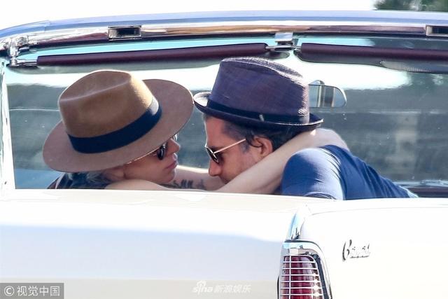 新浪娱乐讯 当地时间2018年3月13日,天后 Lady Gaga和新欢、经纪人新男友Christian Carino现身海滩度假。Gaga穿着紧身打底裤和无袖T恤,头戴草帽无比休闲放松,和男友坐在敞篷车内兜风,情到深处还来上一段激情吻戏。之后两人下车在海滩上浪漫约会,Gaga依偎在男友怀中小鸟依人,甜蜜指数报表。(图/视觉中国)