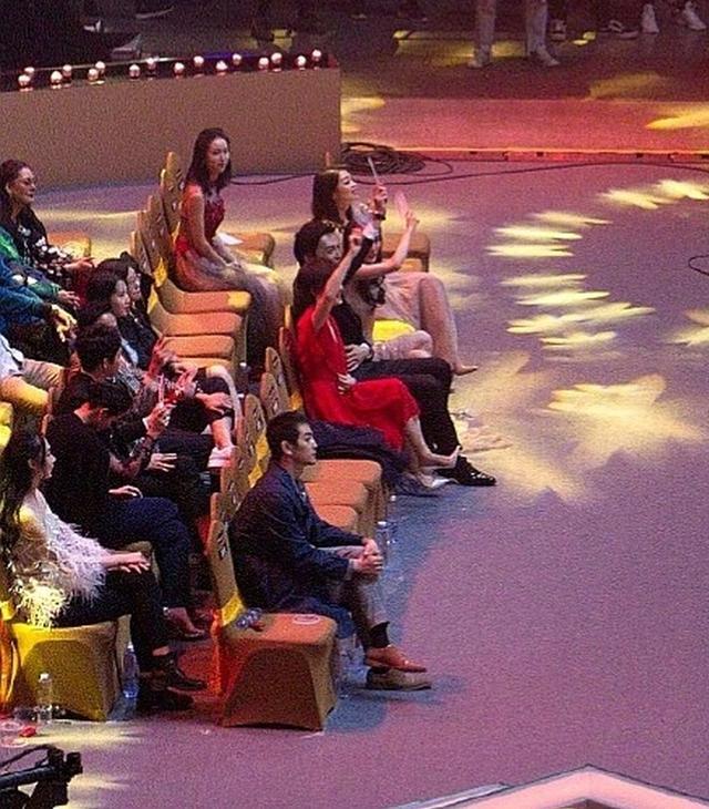 """新浪娱乐讯 3月13日,电视剧制播年会暨电视剧品质盛典在上海举行。孙俪、杨幂、靳东现场前排就坐。当舞台上响起《光阴的故事》旋律时,孙俪、杨幂和靳东跟随音乐挥舞手臂,动作神同步,秒变""""雨刷器组合""""。"""