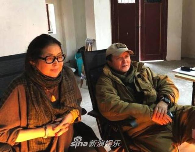 新浪娱乐讯 近日,倪萍和丈夫杨亚洲的合照罕见曝光。照片中,倪萍与身为导演的杨亚洲坐在靠椅上,两人紧盯着监视器,不时微笑交谈,低调恩爱。倪萍与杨亚洲因拍摄电影《美丽的大脚》相恋,于2005年结婚,如今已经携手走过13年。