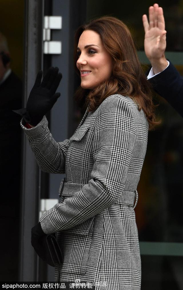 新浪娱乐讯 12月6日,英国曼彻斯特,凯特王妃穿格纹大衣戴黑色手套现身街头,尽显优雅风范。身怀六甲的她获威廉王子甜蜜搂腰,两人更是同步与大家挥手,默契十足。
