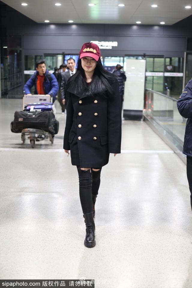 新浪娱乐讯 12月7日,上海,中德混血女星李诗颖亮相虹桥机场,笑容腼腆难掩气场。