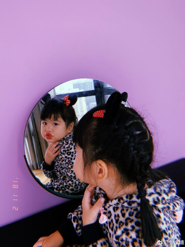 """新浪娱乐讯 11月7日晚,包文婧在微博晒出一组照片并配文称:""""原来是立冬,不是冬至,今天适合吃啥?""""照片中,饺子嘴上涂着红色的口红,对着镜子摆出搞怪的姿势,超逗趣。"""