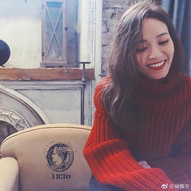 """新浪娱乐讯 8月10日,侯佩岑在自己微博上传一组照片,并配文称:""""周五快乐!""""照片中的她身穿红色毛衣,留着长卷发,红唇复古,气质温柔。"""