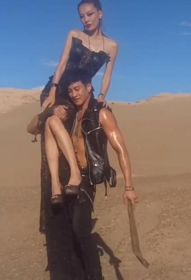 何润东扛妻子沙漠拍照霸气十足