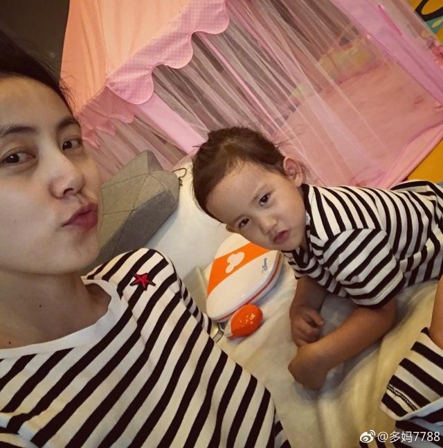 新浪娱乐讯 8月13日,孙莉在微博晒出和女儿多多、多妹的照片,母女三人穿着条纹亲子装,超级有爱。