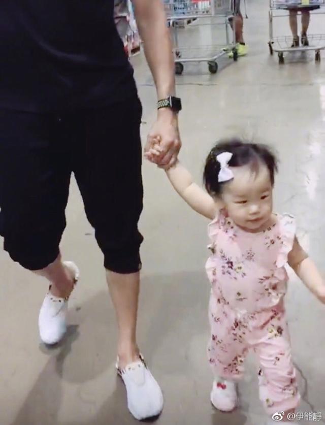 新浪娱乐讯 9月13日,伊能静在微博分享老公秦昊和公公带着女儿小米粒逛超市的照片,祖孙三代十分有爱。