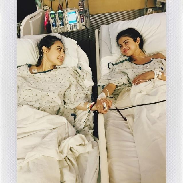 新浪娱乐讯 赛琳娜·戈麦斯(Selena Gomez)在INS长文自曝此前接受了肾脏移植手术,这就是她此前之所以没有出来宣传新音乐的原因,由于她的红斑狼疮,她必须移植一颗肾,她的朋友Francia Raisa为了捐献了一颗肾。文中,赛琳娜表示很感谢自己的家人和为自己手术的医生,更感谢能为她做出如此牺牲的Francia Raisa。
