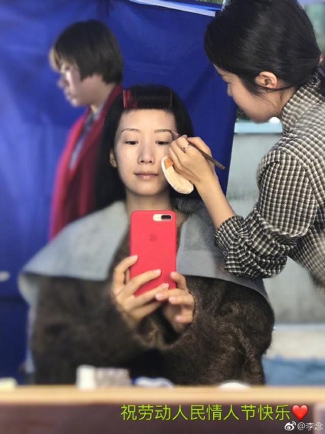 新浪娱乐讯 3月14日,李念晒出自己上妆前后的照片,妆前妆后只有少女感有差。
