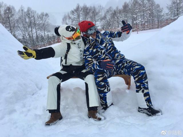 新浪娱乐讯 2月14日,陆毅在微博上分享了一家人去滑雪的照片,照片中陆毅在一家人畅游在滑雪场并有诸多合照,一家人幸福甜蜜。结果却惨遭妻子鲍蕾爆料,贝儿说爸爸刹车靠摔倒,陆毅搞笑回应称不然停不下来,看来陆毅还需要继续修炼自己的滑雪技术呀!