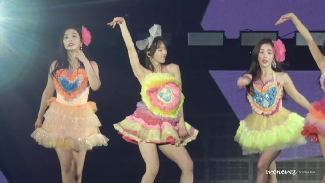 """新浪娱乐讯 近日,一组韩国女团Red Velvet演出照引发网络热议,成员满身塑料花造型十分可怕,粉丝喊""""造型师快出来挨打""""。"""
