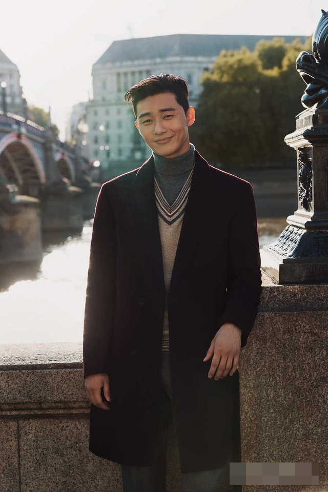新浪娱乐讯 韩国艺人朴叙俊不久前飞往英国伦敦,为代言的男装品牌拍摄了一组宣传照。吕东垠/文 版权所有Mydaily禁止转载