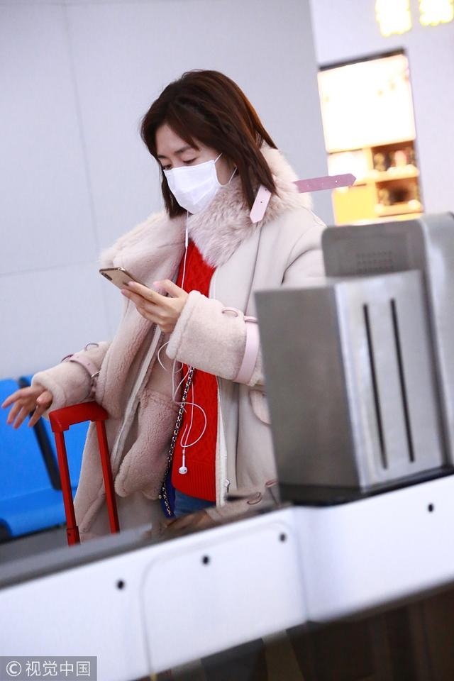 谢娜风波过后首现身机场 打扮粉嫩一路低头看手机
