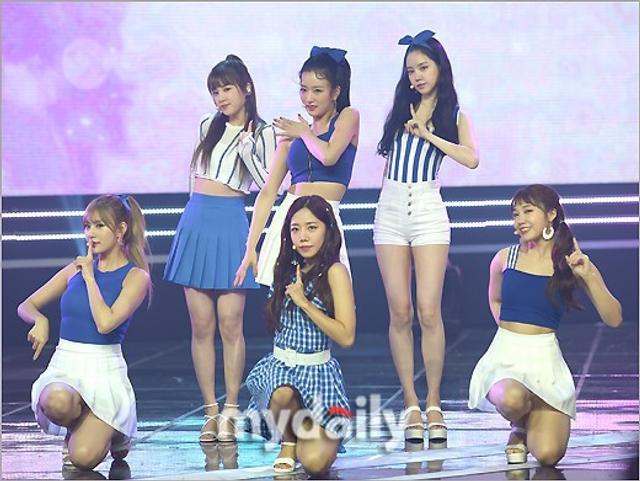 新浪娱乐讯 7月11日晚,韩国女团A-PINK参加MBC MUSIC电视台《show champion》节目的现场直播,夺得了本期的冠军奖杯。吕东垠/文 版权所有Mydaily禁止转载