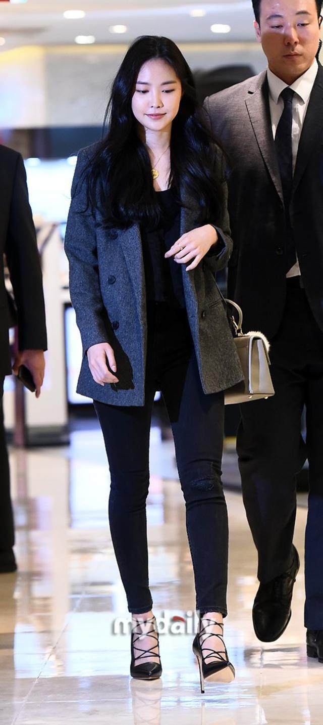 新浪娱乐讯 10月10日上午,韩国女歌手孙娜恩在首尔某百货商店出席了代言品牌举行的宣传活动。吕东垠/文 版权所有Mydaily禁止转载