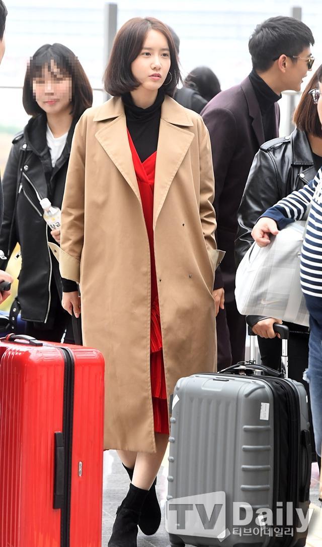 新浪娱乐讯 10月12日,少女时代成员林允儿亮相机场,前往釜山参加第22届釜山国际电影节开幕式。