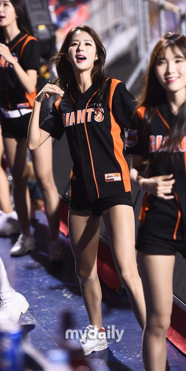 新浪娱乐讯 10月11日晚,在韩国庆尚南道某棒球场举行的一场职业棒球比赛上,青春靓丽的啦啦队女郎们激情热舞助阵比赛,吸引了现场观众的目光。吕东垠/文 版权所有Mydaily禁止转载