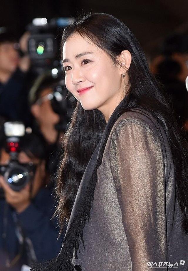 新浪娱乐讯 第22届釜山国际电影节于10月12日晚开幕,众多明星现身开幕式走上红毯。病愈复出的文根英携自己主演的开幕影片《玻璃庭院》亮相。