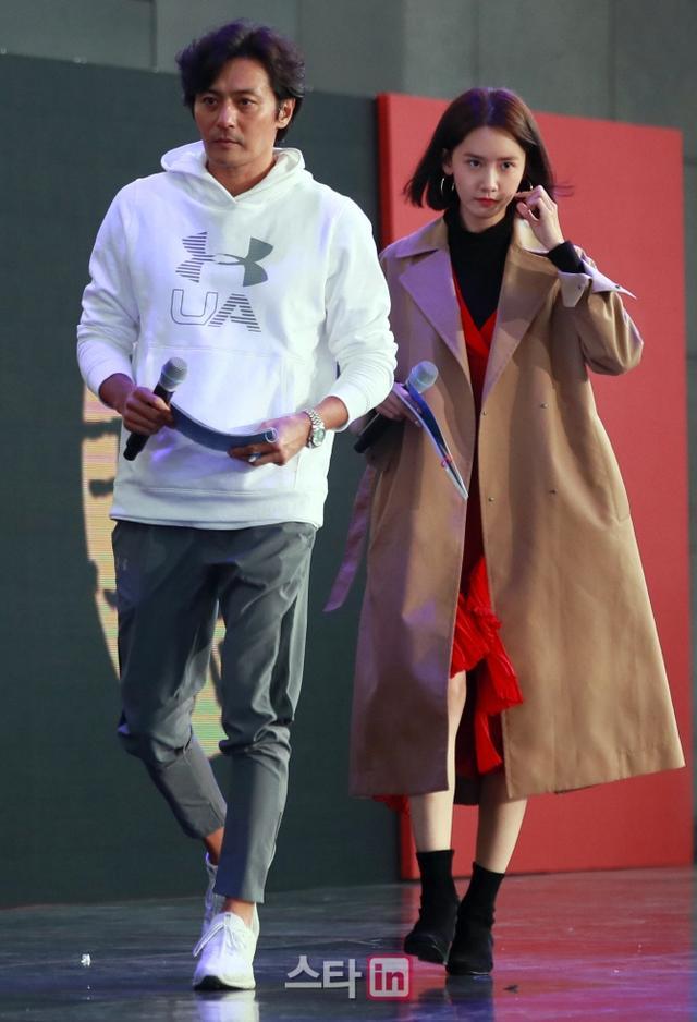 新浪娱乐讯 10月12日下午,韩国艺人张东健、林允儿为晚上举行的釜山电影节开幕式做彩排,二人素颜亮相,表情认真笑容满满。