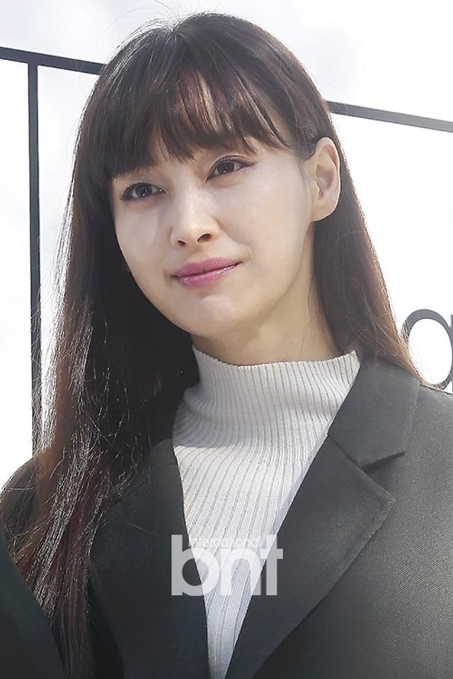 新浪娱乐讯 13日上午,韩国演员李娜英出席了在首尔新沙洞林荫路举行的某品牌活动。bnt新闻/供稿 王容/文 曺熙善/图