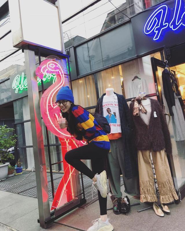 新浪娱乐讯 10月11日,经历退社风波后的金泫雅在与男友公开秀恩爱后继续晒照,分享在国外的旅行照,疑似是男友视角。