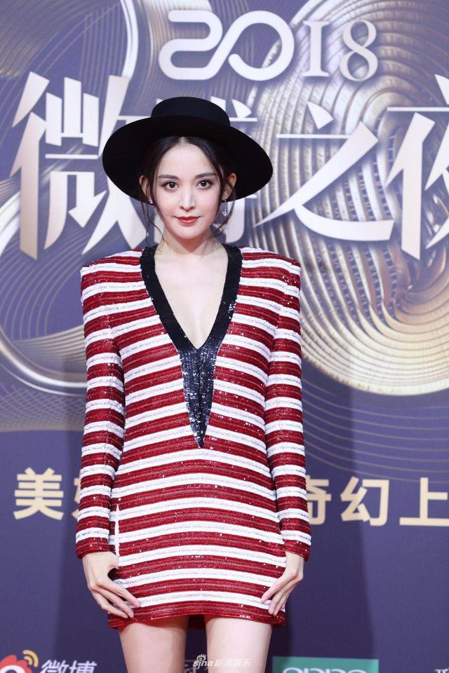 新浪娱乐讯 1月11日晚,2018新浪微博之夜在北京举行,群星闪耀亮相。新浪娱乐进行全程微博、视频、图文直播。娜扎亮相微博之夜红毯。宫德辉、王远宏/图
