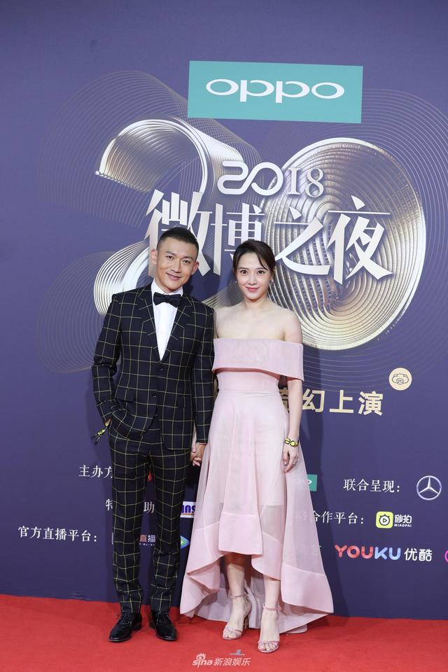 新浪娱乐讯 1月11日晚,2018新浪微博之夜在北京举行,群星闪耀亮相。新浪娱乐进行全程微博、视频、图文直播。图为聂远秦子越夫妇现身红毯。王远宏、宫德辉/图