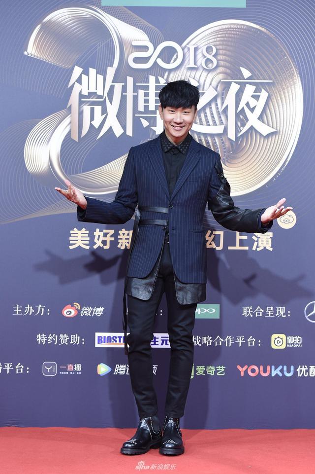 新浪娱乐讯 1月11日晚,2018新浪微博之夜在北京举行,群星闪耀亮相。新浪娱乐进行全程微博、视频、图文直播。 图为林俊杰现身红毯。宫德辉、王远宏/图