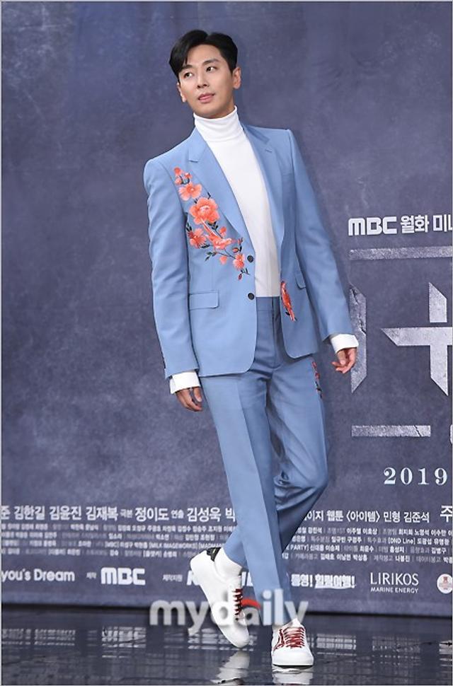 新浪娱乐讯 2月11日下午,朱智勋,陈世妍等艺人在首尔MBC电视台出席了新剧《道具》的发布会。《道具》是一部以超能力道具作为题材的大制作幻想剧,讲述了围绕着能让人有用超能力的道具发生的故事,将于2月11日晚开播。吕东垠/文 版权所有Mydaily禁止转载