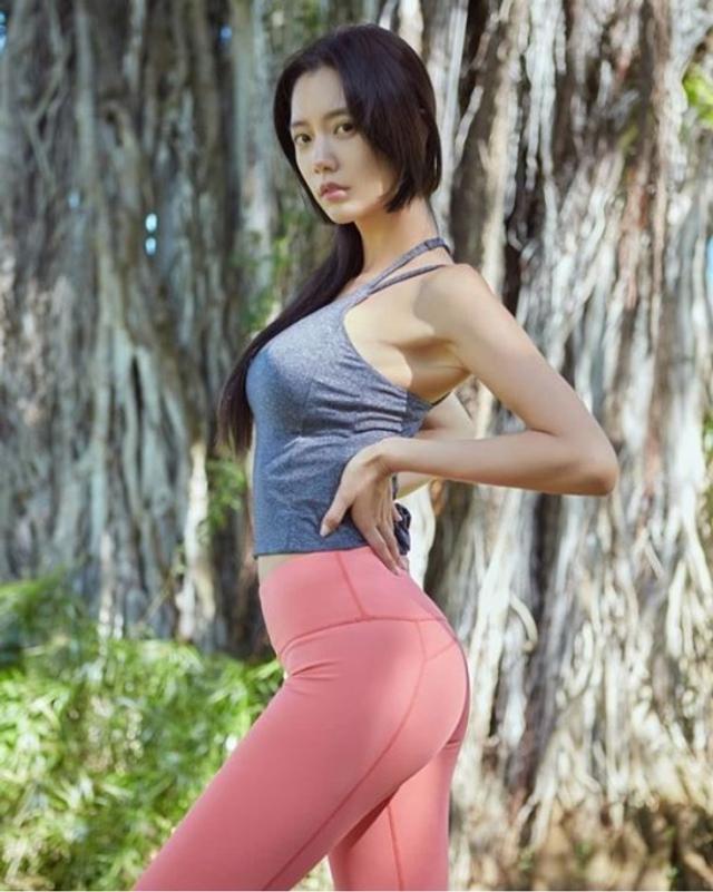 新浪娱乐讯 韩国女艺人Clara今天在社交网站发布了一组她身穿运动服拍摄的照片,照片中Clara完美比例的性感身材吸引了广大粉丝的目光。吕东垠/文 版权所有Mydaily禁止转载
