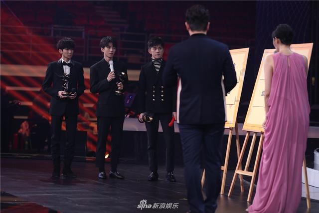 新浪娱乐讯 1月11日晚,2018新浪微博之夜在北京举行,群星闪耀亮相。新浪娱乐进行全程微博、视频、图文直播。图为TFBOYS获微博最具影响力组合荣誉。宫德辉/图