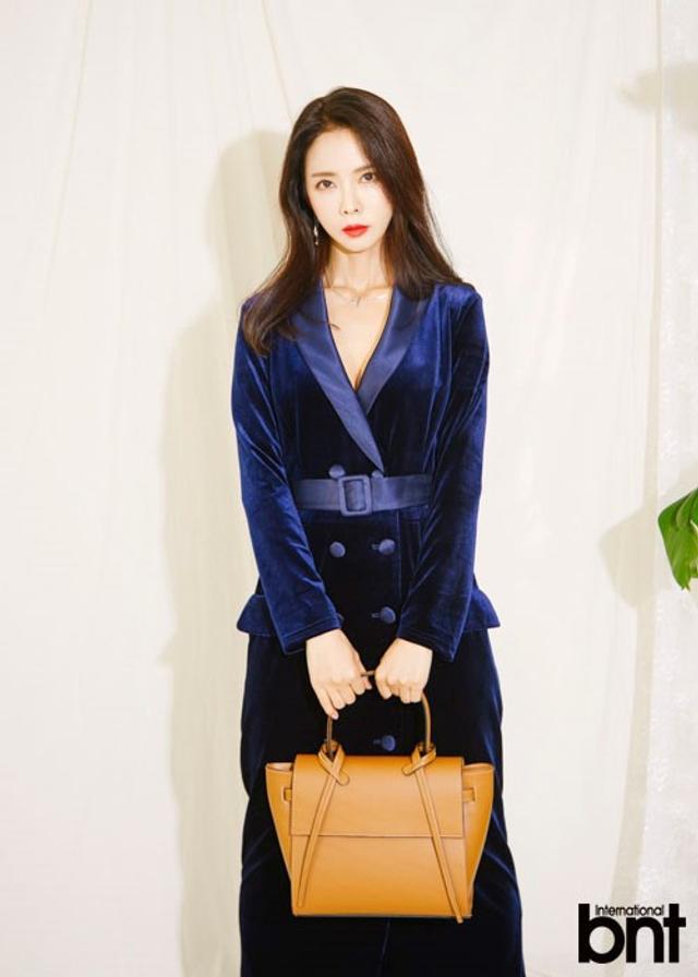 新浪娱乐讯 韩国女艺人徐智妍近日受邀为某时装杂志最新一期拍摄了一组照片。吕东垠/文 版权所有Mydaily禁止转载