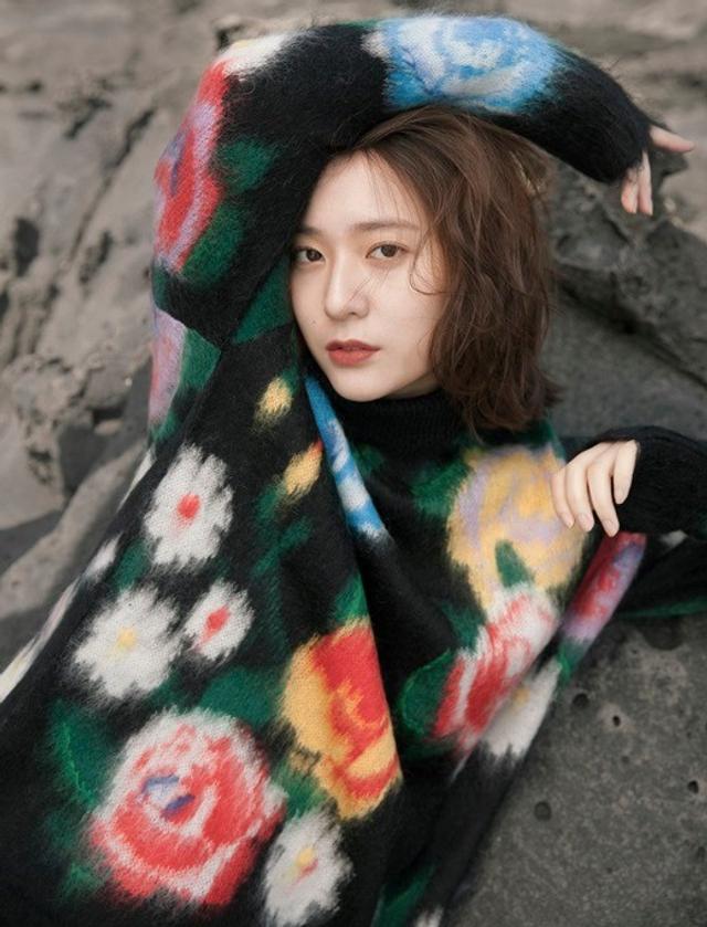 新浪娱乐讯 韩国女团f(x)成员郑秀晶为意大利某时装杂志拍摄的一组写真近日在网上曝光。这组写真被收录于该杂志最新一期的缪斯特辑,该杂志称郑秀晶不仅在专业领域取得了令人瞩目的成绩,在时装和艺术领域也展现了出众的才能,因此才将她选为代表亚洲的缪斯,收录到了该杂志最新一期的缪斯特辑。吕东垠/文 版权所有Mydaily禁止转载