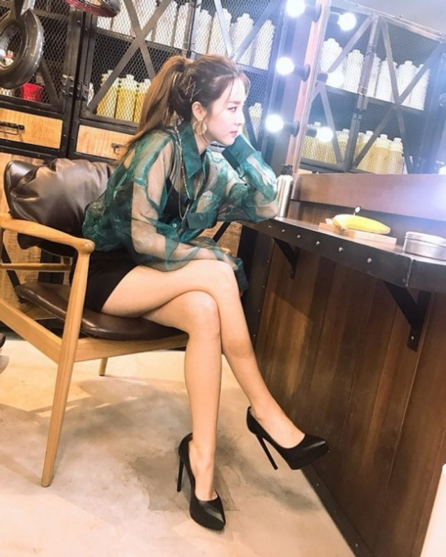 新浪娱乐讯 原2NE1成员Sandara今天在社交网站发布了她在新加坡拍摄的一组近照,照片中Sandara修长性感的美腿一览无余,牢牢抓住了广大粉丝的目光。吕东垠/文 版权所有Mydaily禁止转载
