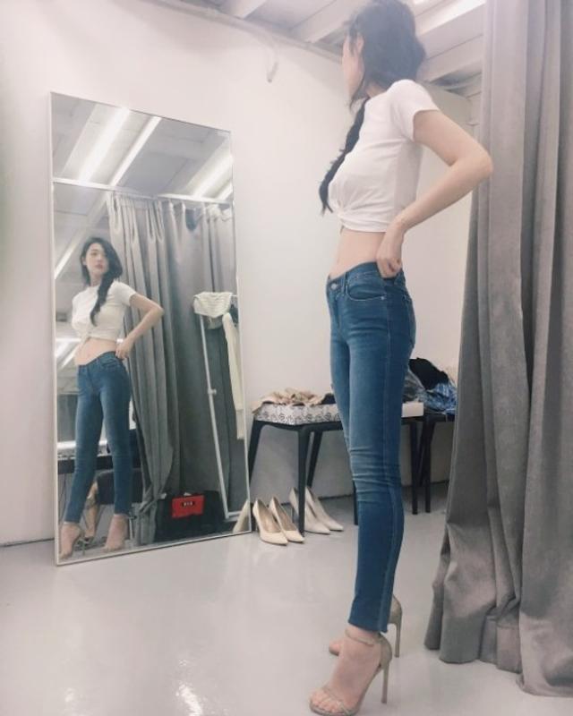 """新浪娱乐讯 雪莉近日在社交网站更新照片并配文:""""穿着像皮肤一样的裤子,心情真好。""""图片中大秀自己的完美身材,网友纷纷表示腿太长了,好羡慕等。"""
