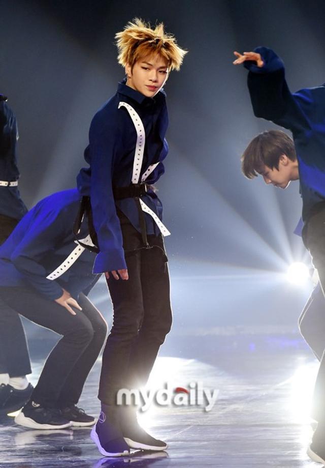 新浪娱乐讯 6月13日下午,韩国男团WANNA ONE在京畿道高阳市参加MBC MUSIC《SHOW CHAMPION》节目的现场直播,夺得了本期节目的第一名。吕东垠/文 版权所有Mydaily禁止转载