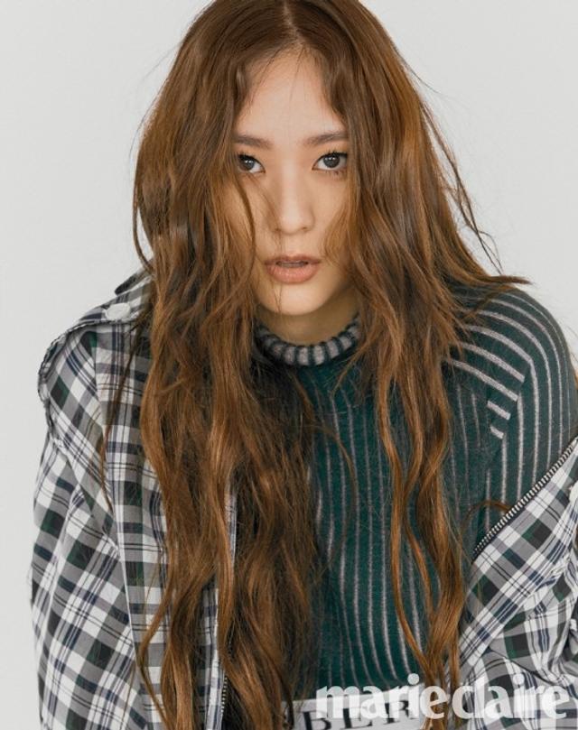 新浪娱乐讯 韩国女艺人Krystal近日为某时装杂志最新一期拍摄写真,通过风格多样的服装展现了她特有的可爱,活泼的魅力。吕东垠/文 版权所有Mydaily禁止转载