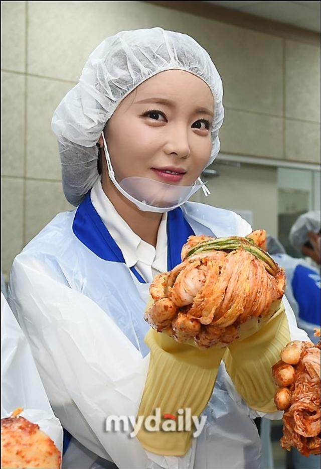 新浪娱乐讯 韩国女歌手洪真英今天上午在京畿道出席公益活动,亲手制作了将送给贫困家庭的过冬泡菜。吕东垠/文 版权所有Mydaily禁止转载