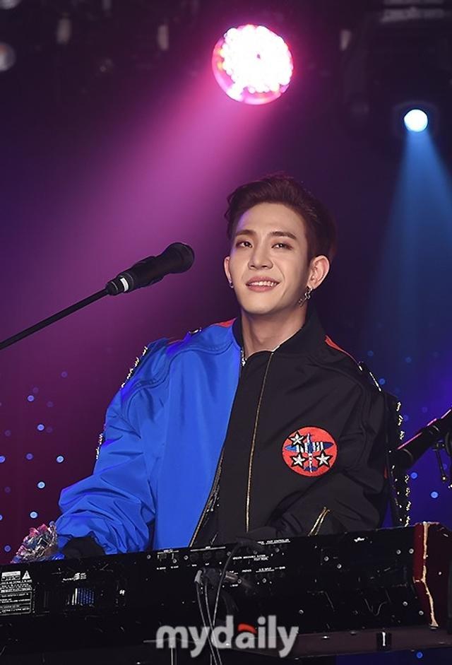 新浪娱乐讯   4月16日下午,韩国男团The Rose在首尔举行了首张迷你专辑《Void》的发售showcase。