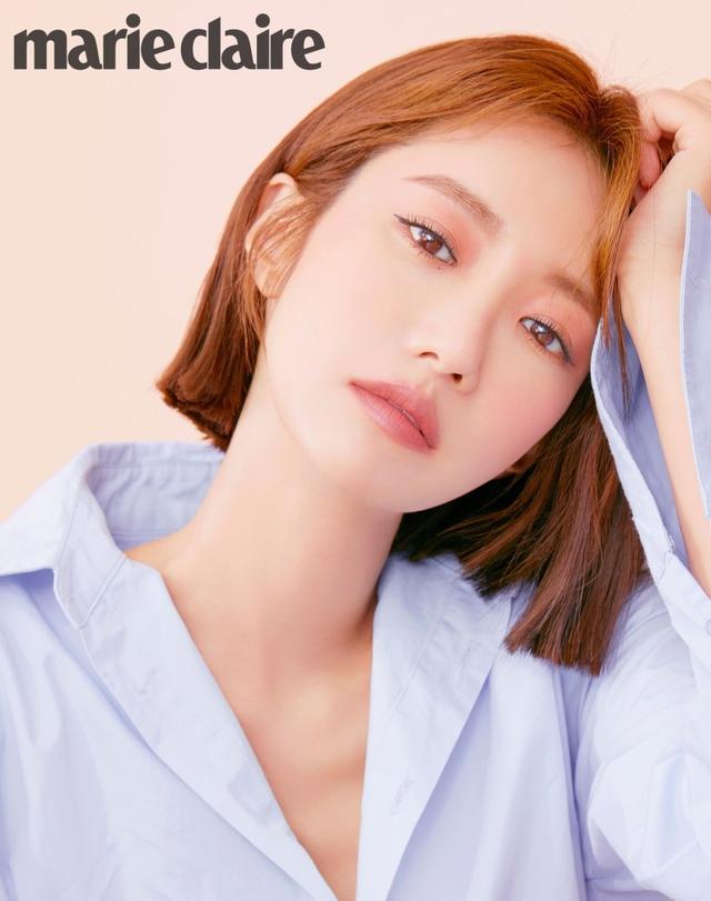 新浪娱乐讯 韩国女艺人高俊熙近日受邀拍摄一组杂志写真,简练帅气的造型吸引了众多粉丝的目光。吕东垠/文 版权所有Mydaily禁止转载