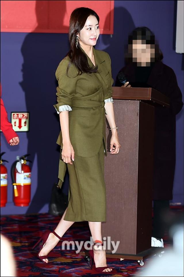 新浪娱乐讯 11月8日上午,全慧彬,文喜京在首尔东大门出席了电影《人鱼传说》的媒体试映。《人鱼传说》是一部讲述济州岛海女们的故事的喜剧电影,将于11月15日在韩国上映。吕东垠/文 版权所有Mydaily禁止转载