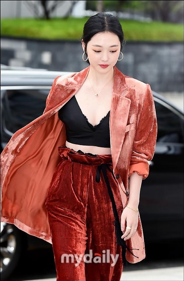 新浪娱乐讯 5月16日下午,崔雪莉等艺人在首尔一家百货店出席了某品牌举行的宣传活动。吕东垠/文 版权所有Mydaily禁止转载