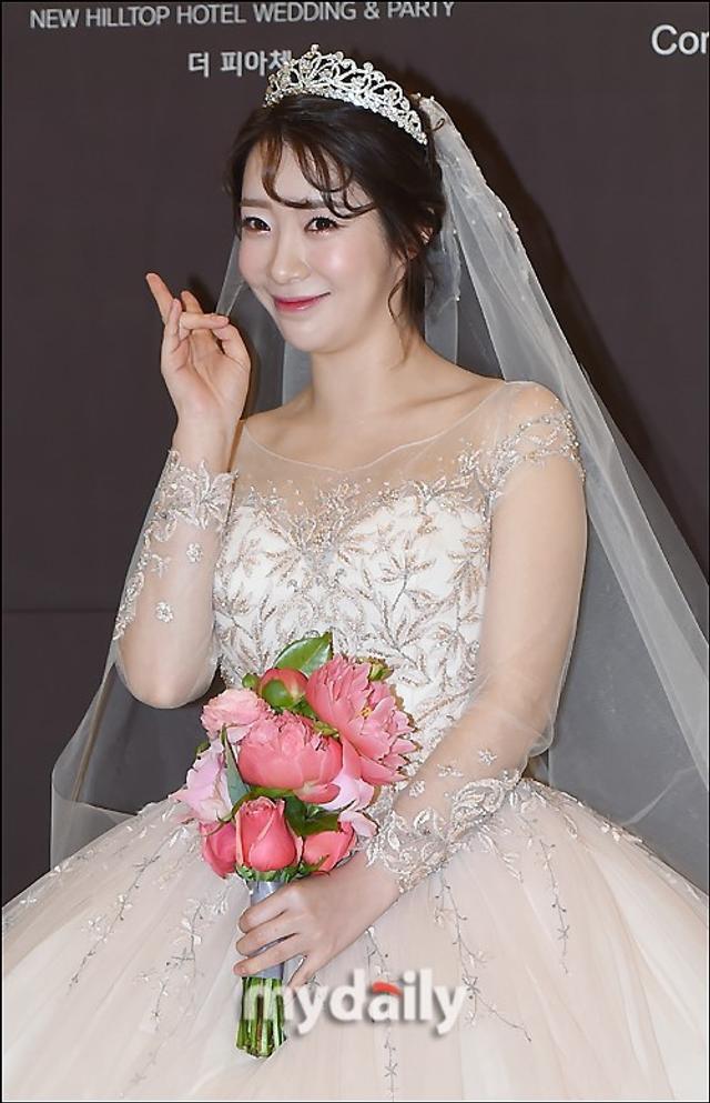 新浪娱乐讯 4月14日下午,韩国女艺人安素美在首尔某酒店与交往一年四个月的男友举行了婚礼。吕东垠/文 版权所有Mydaily禁止转载