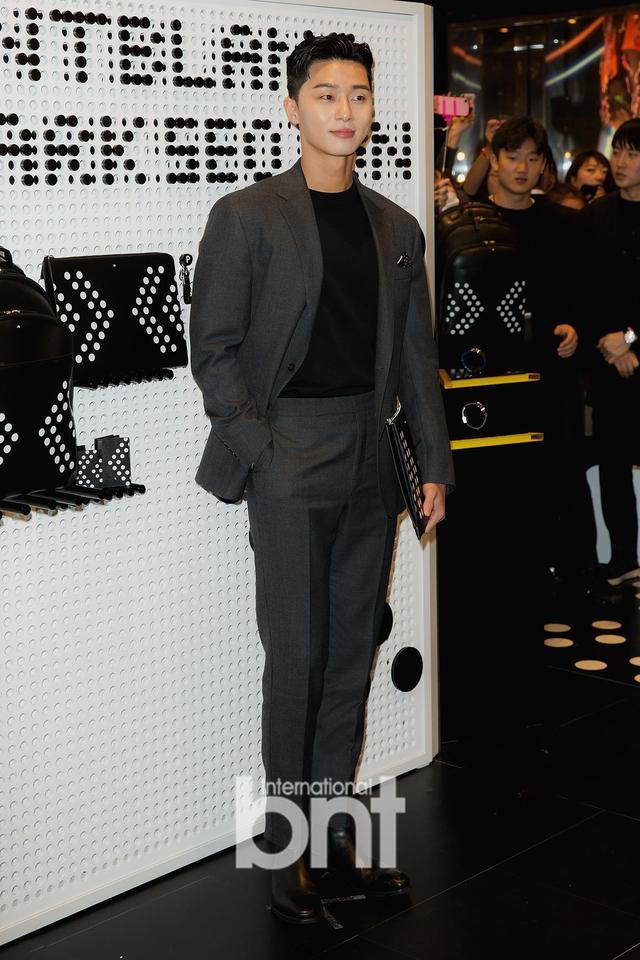新浪娱乐讯 9日下午,韩国人气男演员朴叙俊在首尔中区乐天百货店出席了某品牌举行的开幕活动,现场大放暖男微笑,追击女心。bnt新闻/供稿 Cherry/文 金致允/图