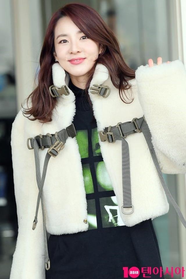 新浪娱乐讯 1月11日上午,韩女团2NE1前成员朴山多拉 现身首尔仁川机场前往香港,此行将担任Bigbang胜利香港演唱会的嘉宾。