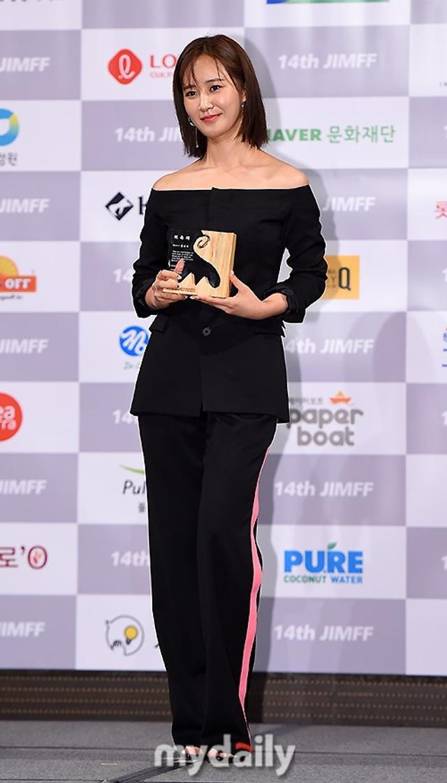 新浪娱乐讯 7月11日下午,少女时代成员权侑莉在首尔出席了第14届济川国际音乐电影节的新闻发布会,被正式委任为了本届电影节形象宣传大使。吕东垠/文 版权所有Mydaily禁止转载