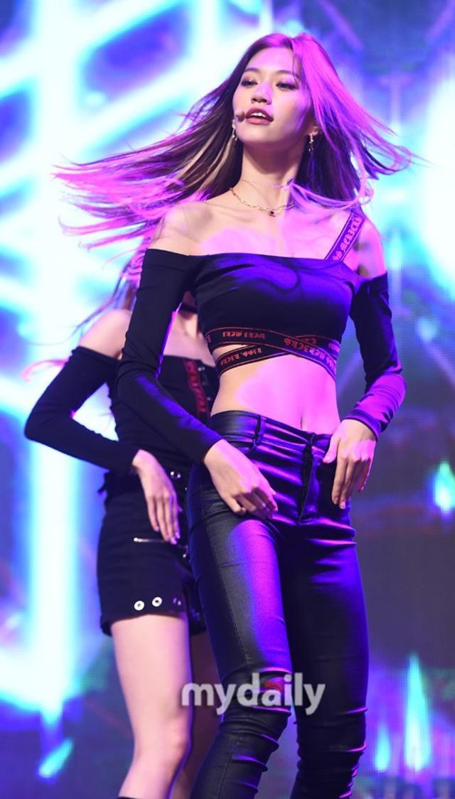 新浪娱乐讯 10月11日下午,韩国女团Weki Meki在首尔举行了新专辑《KISS, KICKS》的发售showcase。吕东垠/文 版权所有Mydaily禁止转载