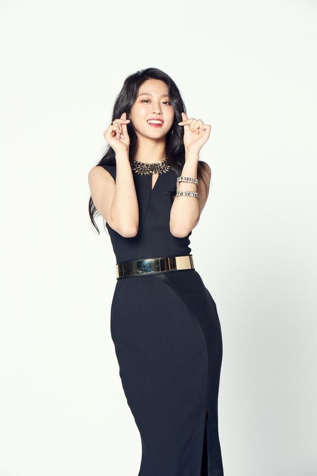 新浪娱乐讯 韩国女团AOA成员雪炫近日成为某手机游戏的形象代言人,拍摄了该游戏的最新广告,以出众的容貌和优雅的气质吸引了人们的目光。吕东垠/文 版权所有Mydaily禁止转载