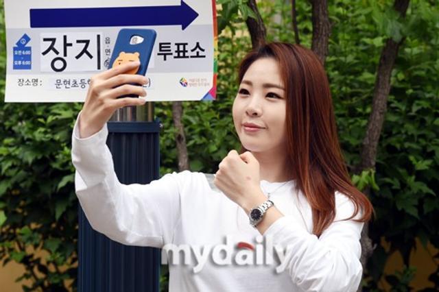 新浪娱乐讯 6月13日,韩国女艺人申秀智在首尔某小学参加了6.13地方选举投票。吕东垠/文 版权所有Mydaily禁止转载