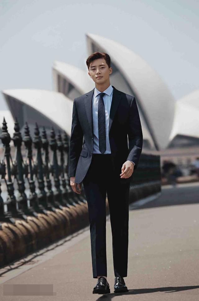 新浪娱乐讯 韩国人气男演员朴叙俊近日为某品牌在澳洲拍摄的最新广告画报照于12日公开。在画报中,朴叙俊以帅气外貌及优越身高完美消化了西装及休闲服装多款造型,散发着男友力。bnt新闻/供稿 Cherry/文